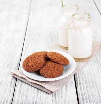 オートミールクッキーと牛乳瓶
