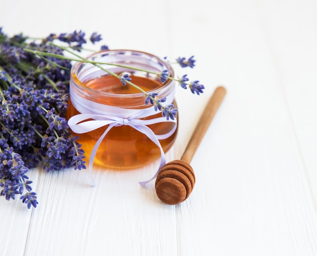 蜂蜜と新鮮なラベンダーの花の瓶