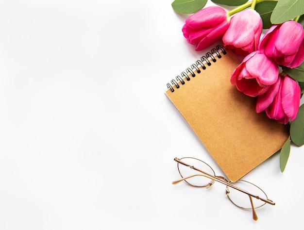 春のチューリップとノート
