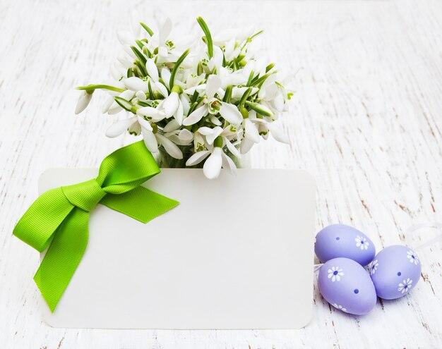 Подснежники, пасхальные яйца и поздравительная открытка