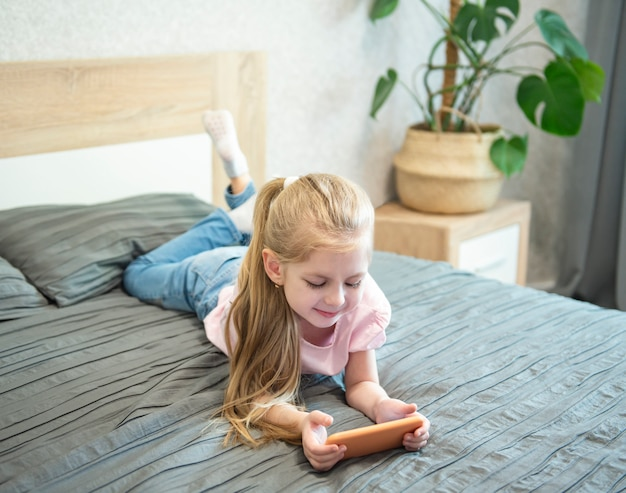 スマートフォンで遊ぶ女の子