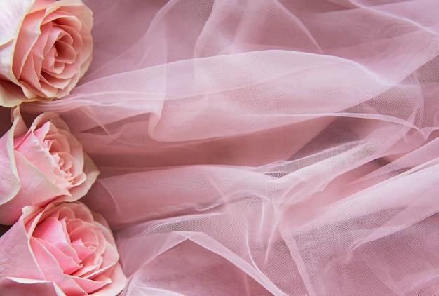 Розовые розы на тюлевой ткани в виде бордюра