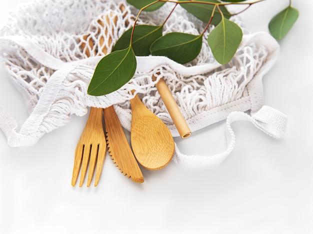 Сетчатая сумка и бамбуковые столовые приборы