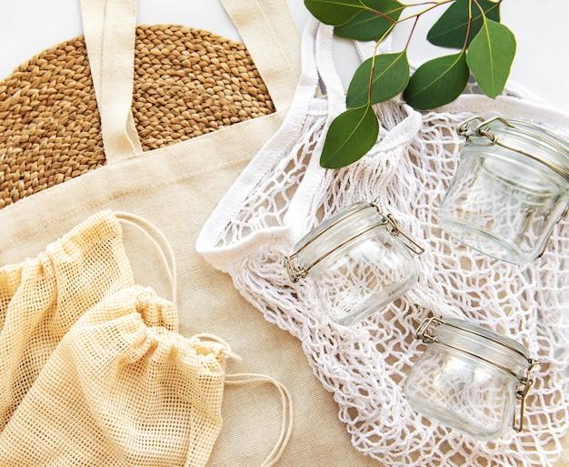 Сетчатая сумка, ватные мешки и стеклянные банки