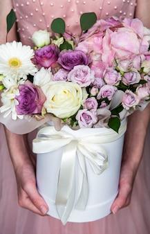 女性の手で美しい花
