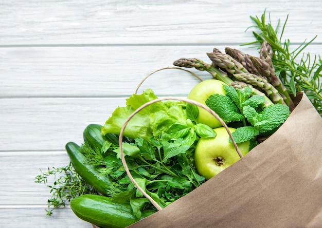 Вид сверху зеленых овощей, плоская планировка