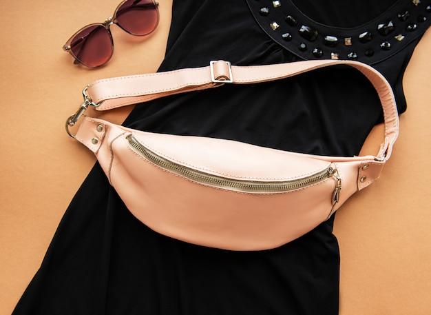 Розовая кожаная сумка на ремне