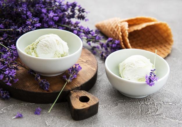 アイスクリームとラベンダーの花
