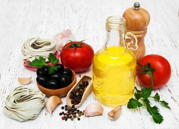 オリーブオイル、フェットチーネネスト、ニンニク、トマト