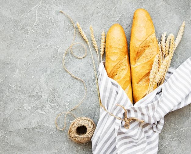 Свежеиспеченный багет хлеб - вид сверху