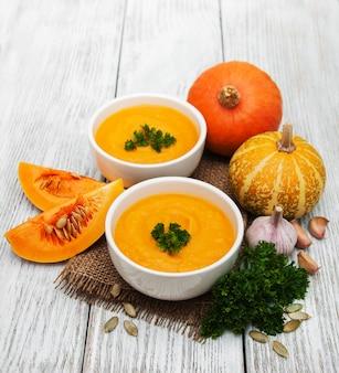 新鮮なカボチャとカボチャのスープ
