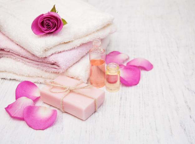 バスタオル、ピンクのバラと石鹸