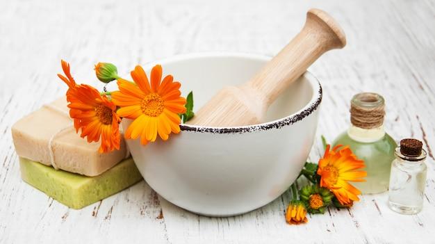 キンセンカの花とバスソープ