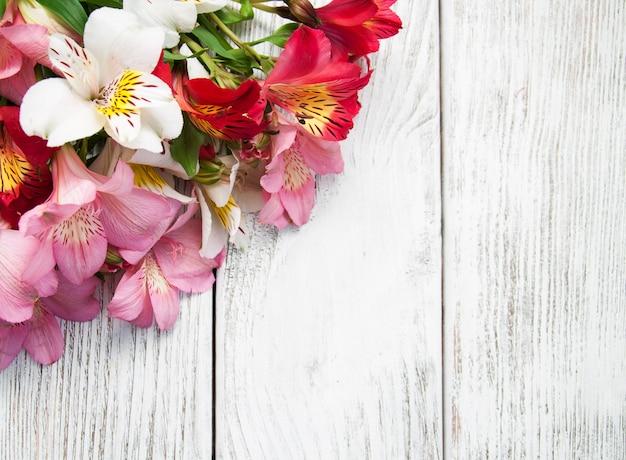 アルストロメリアの花のテーブル