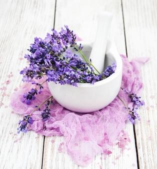 Соль для ванн и свежая лаванда