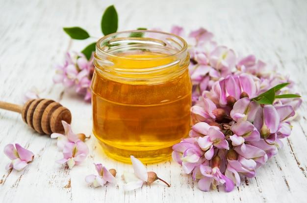Мёд с цветками акации