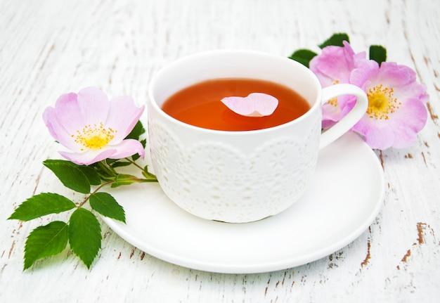 紅茶とドッグローズのカップ