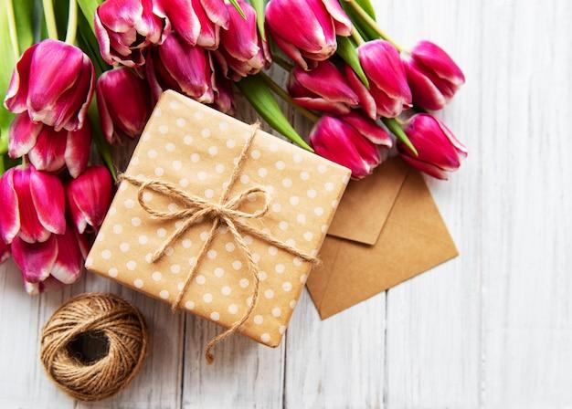 ギフト用の箱とチューリップの花束