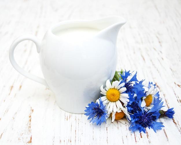 牛乳と野の花の水差し