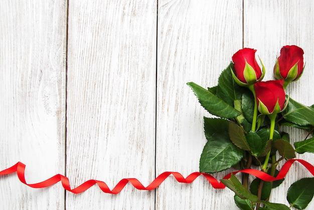 バラと赤いリボン