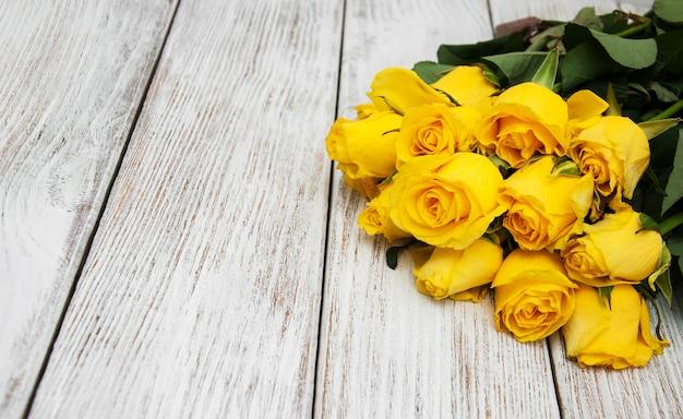 テーブルの上の黄色いバラ