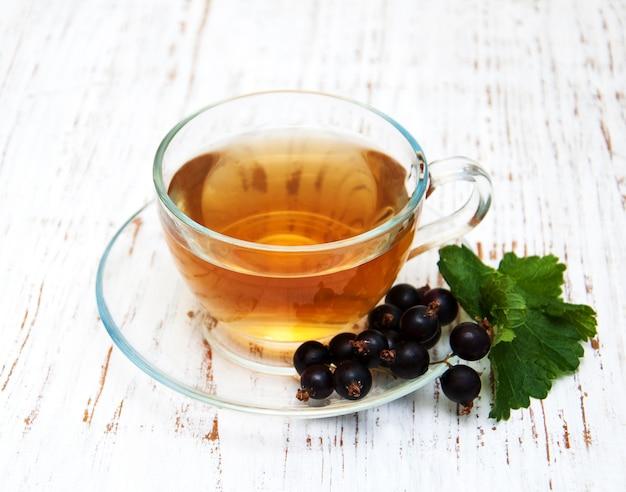 Чашка чая и черной смородины