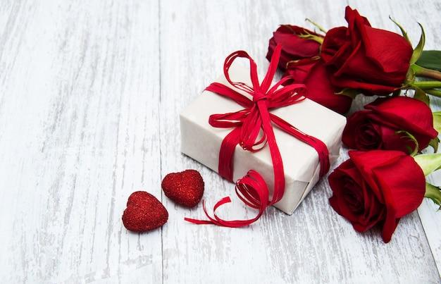 赤いバラとギフトボックス