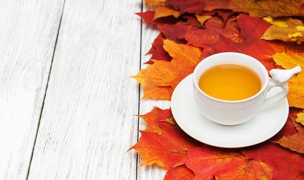 熱いお茶と紅葉