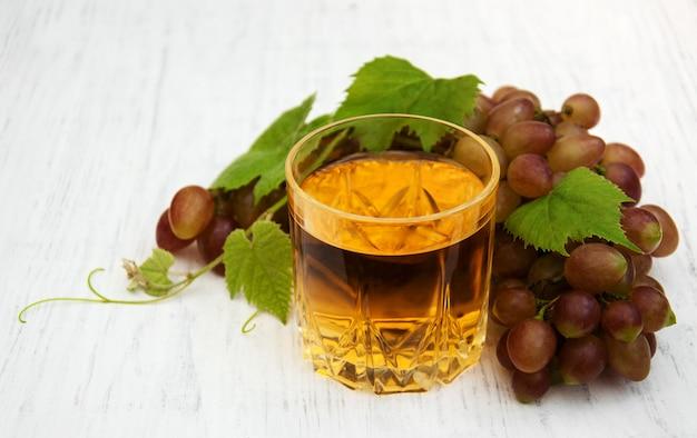 ワインと白ブドウのガラス