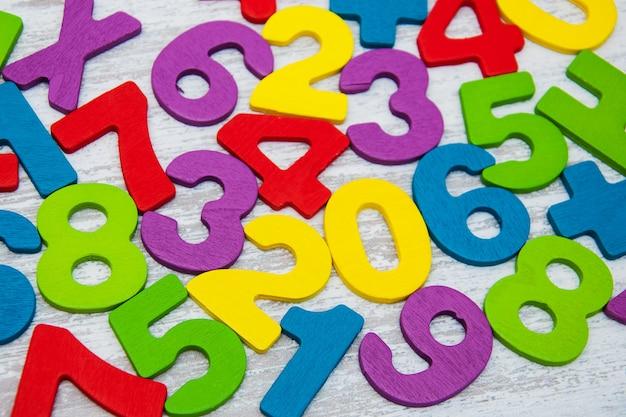 Разноцветные деревянные номера