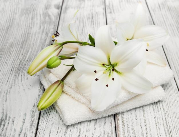 バスタオルと白いユリ