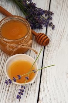 蜂蜜とラベンダーの花