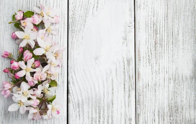 春のりんごの花