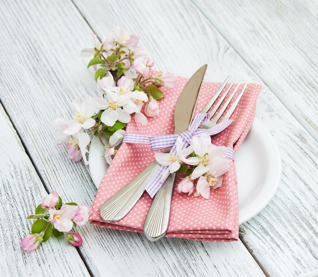 Сервировка стола с весенним цветением