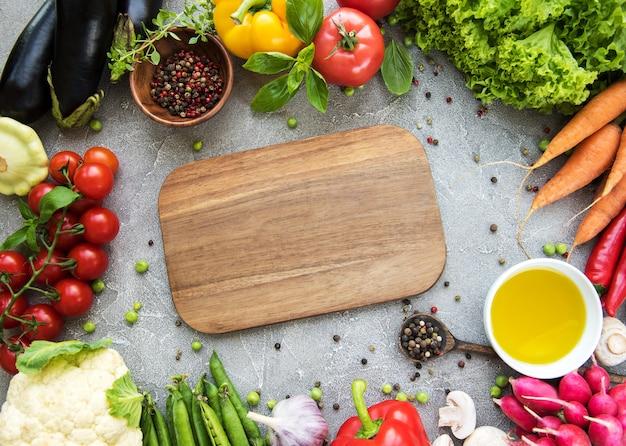 Пустая доска и свежие овощи