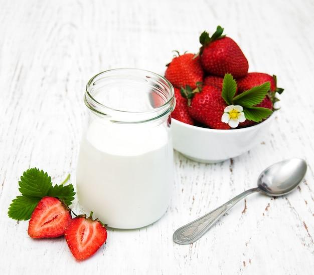 Клубничный йогурт со свежей клубникой