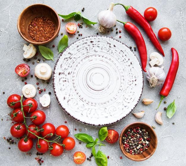空の皿と野菜