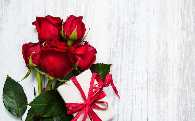 Красные розы и подарочная коробка