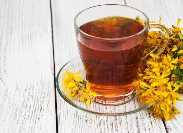 Травяной чай в стеклянной чашке