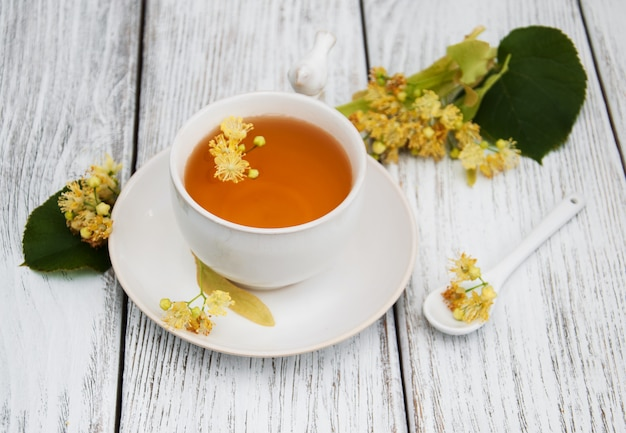 Чашка травяного чая с цветами липы