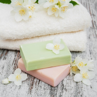 手作り石鹸とジャスミンの花