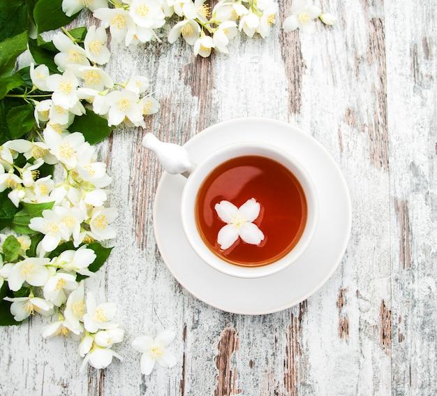 ジャスミンの花とお茶のカップ