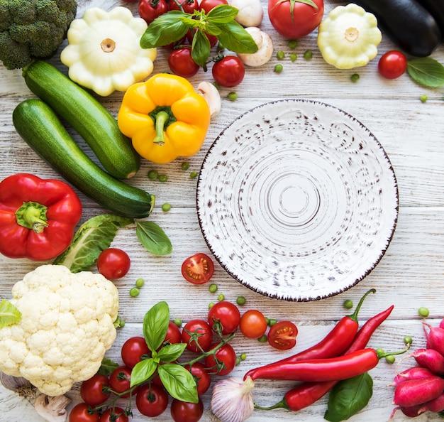 空の皿と新鮮な野菜
