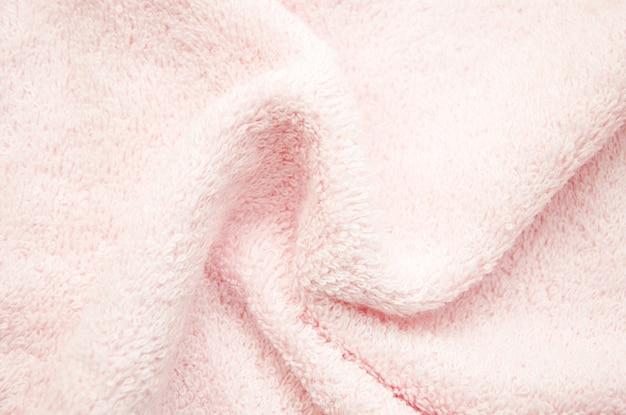 Розовое банное пушистое полотенце