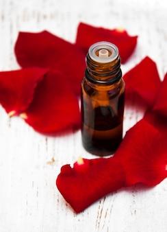 アロマテラピーエッセンシャルオイルとバラの花びら