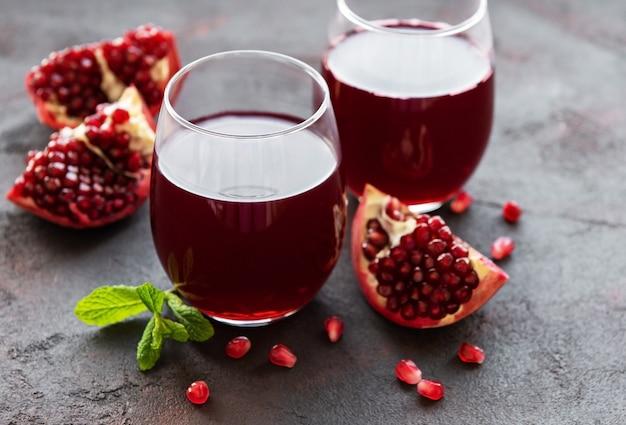 新鮮なザクロの果実とザクロジュース