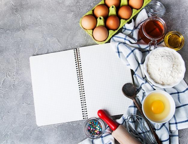 Концепция рецепта - блокнот и ингредиенты