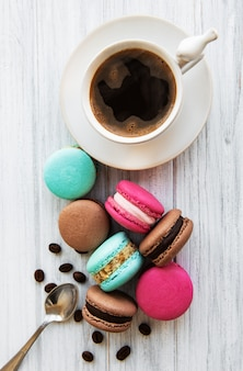 一杯のコーヒーとマカロン