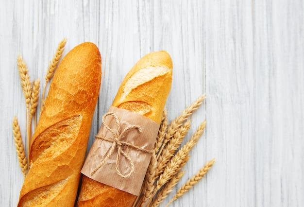 Свежеиспеченный багетный хлеб