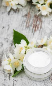 ジャスミンの花の保湿クリーム